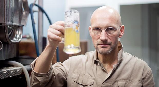 Prost! Brauer Martin Eschenbrenner von der Eschenbräu Brauerei mit einem seiner selbst gebrauten Biere.