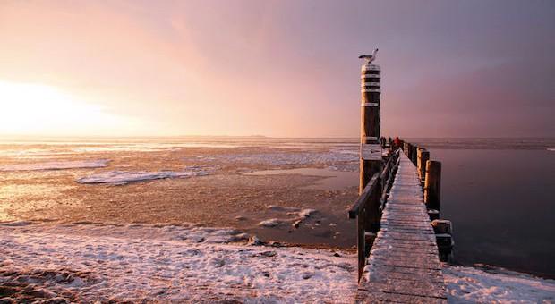 Am Strand ist's nur im T-Shirt schön? Von wegen! Wer sich dick einpackt, kann im Winter auf Föhr allerhand entdecken. Im Bild: der Strand von Utersum.