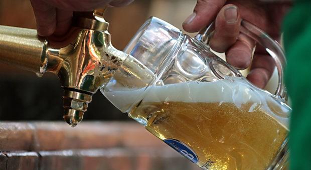 Durst auf Bier? Laut Bundesinstitut für Risikobewertung können Durstige unbesorgt weitertrinken - erst ab 1000 Liter am Tag würde man die unbedenklich geltende Aufnahmemenge an Glyphosat überschreiten.
