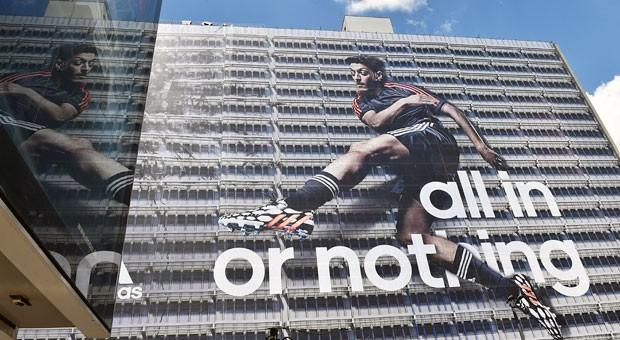 Nicht nur dank fassadenfüllender Werbung sorgen sportliche Großereignisse für viel Aufmerksamkeit  - auch für die Sponsoren.