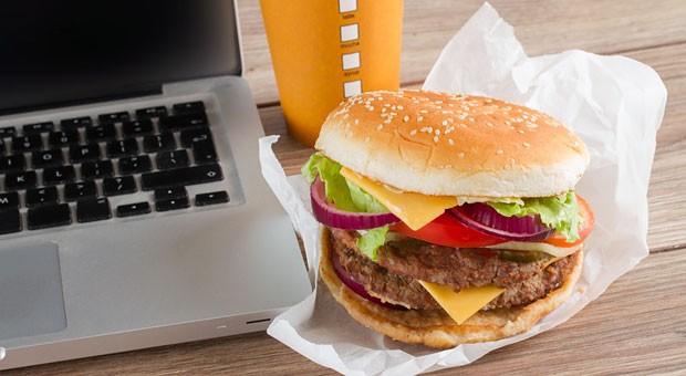 Fastfood am Schreibtisch? Das ist wohl eher ein Sad Desk Lunch als eine perfekte Mittagspause.