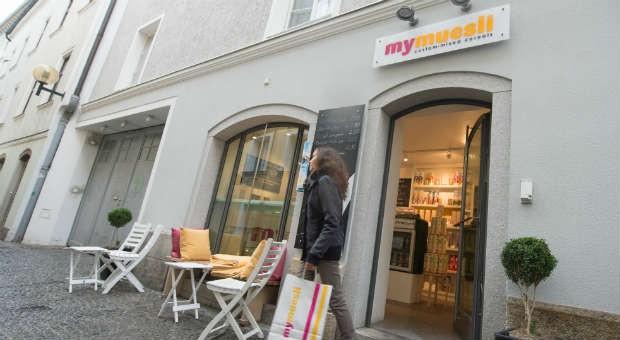 Nicht nur Mymuesli setzt neben dem Online-Handel auf Läden in den Innenstädten, wie hier in Passau: Jeder zweite der 1000 größten Onlineshops betreibt heute stationäre Shops.