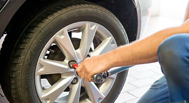 Wer die Reifen an seinem Auto selber wechseln will, sollte sich vorher vergewissern, dass das Gewinde der Schrauben noch in Ordnung ist.