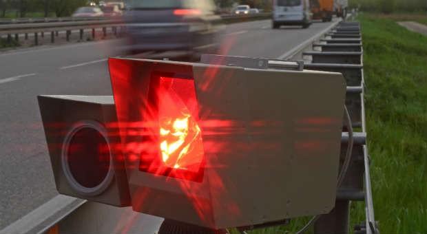 Wer beim Autofahren ein solches rotes Licht sieht, hat wohl einen Geschwindigkeitsverstoß begangen.
