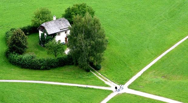 Wie viel ist das Haus wert, wie viel das Grundstück? Die vertragliche Kaufpreisaufteilung ist entscheidend für die Steuererklärung.