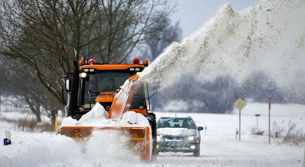 Hinterm Schneepflug geht's langsam voran. Kommen aber Mitarbeiter wegen Schnee zu spät zur Arbeit, kann der Arbeitgeber den Lohn kürzen: Der Arbeitnehmer trägt das Wegerisiko.