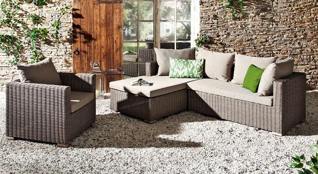 Die Möbel sind größtenteils in Braun- und Beigetönen gehalten, dafür tragen die Accessoires auffällige Farben. Beim Einrichtungspartnerring VME sind es hellgrüne Kissen.