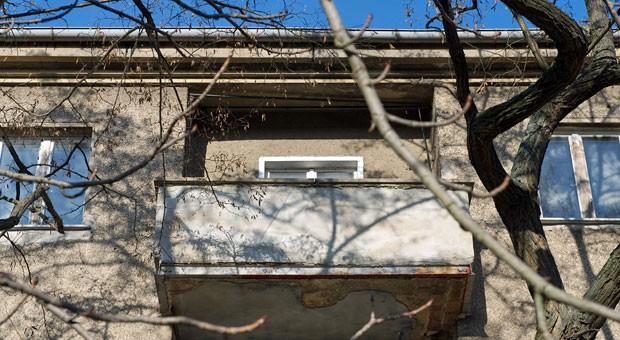 Im Frühling kann man  die ersten sonnigen Tage endlich wieder auf dem Balkon verbringen. Doch um keine bösen Überraschungen zu erleben, sollte man mögliche Schäden vorab reparieren und den Balkon für die warme Jahreszeit richtig  vorbereiten.