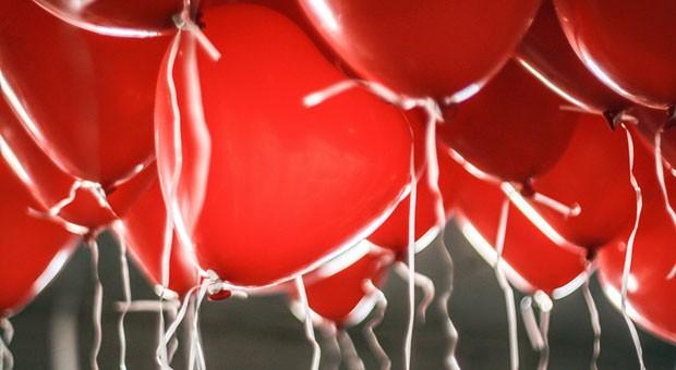 Herz an Herz: Emotionales Verkaufen packt den Kunden bei seinen Gefühlen.