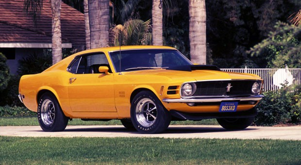 """Jede Aufzählung dieser Art wäre ohne einen Ford Mustang unvollständig. Einen echten Brecher mit dem vielsagenden Namen Ford Mustang Boss 429 des Jahres 1969 bekommt man, wenn man ein Auto eines Herstellers sucht, der mit diesem Modell bei der NASCAR-Renn-Serie einsteigen will. Deswegen wurde der V8- Motor aus dem Ford-Triebwerk mit der Kennzahl 385 entwickelt. Daraus resultierte ein Triebwerk mit der Bezeichnung """"429"""", die auch für den Hubraum (429 cubic inches = 7.030 Liter) stand."""