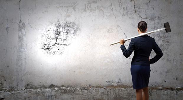 Warum gibt es so wenige Frauen in hohen Führungspositionen? Laut Antje Heimsoeth errichten Frauen eine scheinbar unüberwindbare Mauer aus Befürchtungen vor sich, die sie am Handeln hindert.