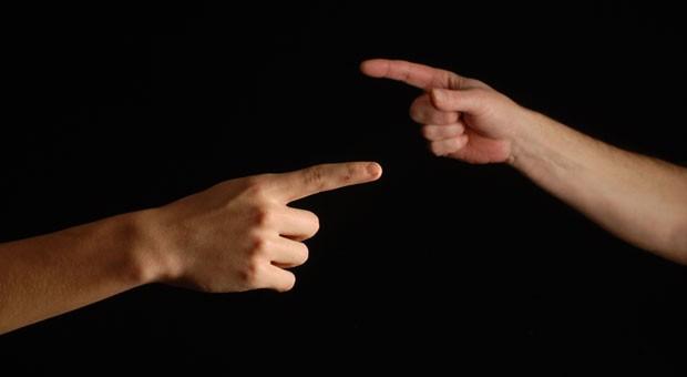 Es muss nicht so weit kommen, dass man mit dem Finger aufeinander zeigt und Schuld zuweist: Wer ein paar wichtige Regeln beachtet, kann Gesellschafterkonflikte vermeiden.