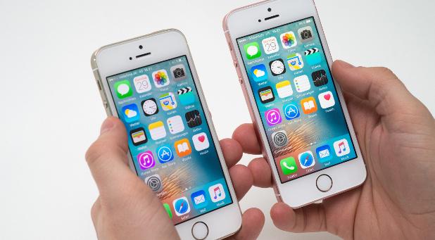 Das neue iPhone SE (rechts) sieht dem Vorgänger 5s zum Verwechseln ähnlich.