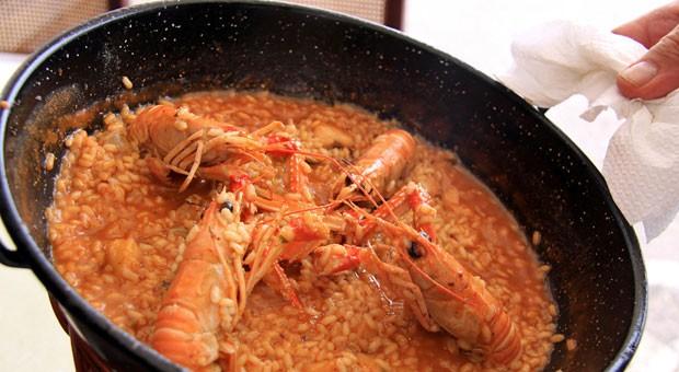 Eine Reispfanne mit Meeresfrüchten sollte man sich in Katalonien nicht entgehen lassen.