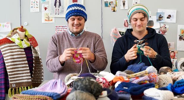 Felix Rohland und Thomas Jaenisch von MyBoshi setzen auf Diversifizierung: Neben Häkelmützen verkaufen sie heute unter anderem auch Häkel- und Strickanleitungen und eigene Wolle.