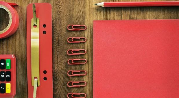 Alles fein säuberlich sortiert: Wie Sie Ihren Schreibtisch organisieren, hat Auswirkungen auf die Arbeitsproduktivität.