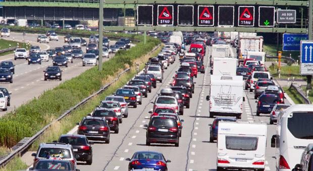 Wenn nichts mehr geht: Auch im Stau müssen sich Autofahrer an Verkehrsregeln halten.