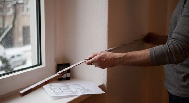 Fensterbänke, Fußleisten oder Heizkörper: Wo setzt man den Zollstock an, um beim Ausmessen der Wohnung alles richtig zu machen?