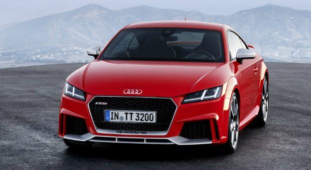 Ein Kraftpaket: Der 2,5 Liter große Fünfzylinder des 4,19 Meter langen Audi TT RS ist obligatorisch an Allradantrieb und ein siebenstufiges Doppelkupplungsgetriebe gekoppelt. Die üppige Motorleistung soll über eine radselektive Momentensteuerung besonders effektiv auf die Fahrbahn gebannt werden.
