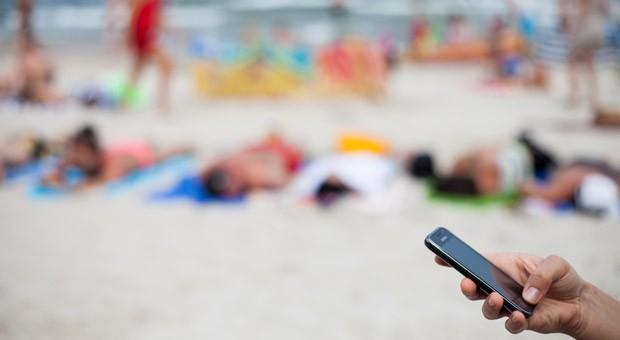 Aufpassen am Badestrand: Bevor Roaminggebühren in der EU abgeschafft werden, tritt Ende April die letzte Stufe der Roaming-Gebühren in Kraft.