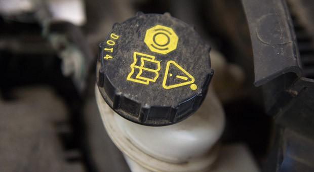 Arbeit für den Fachmann: Autofahrer sollten das Nachfüllen oder Austauschen der Bremsflüssigkeit ihrer Werkstatt überlassen.