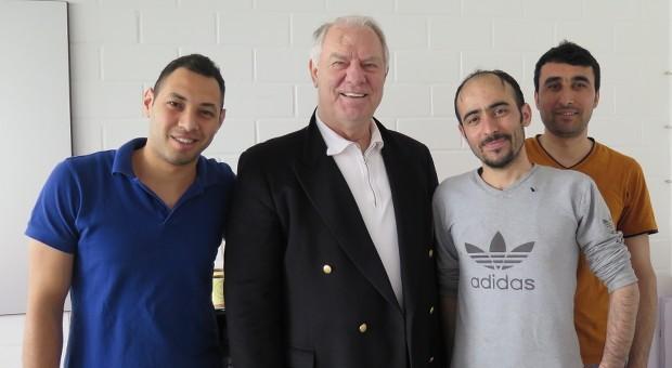 Eine internationale Gruppe:  Volker Laubert (2.v.l.) gibt den drei Azubis von Walker Etiketten (v.l.) Amir, Segvan und Moshfeq ehrenamtlich Deutschunterricht.