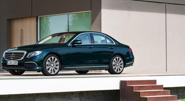 Strahlkraft der Limousinen: Viele schätzen die klassische Karosserieform, die als Mercedes E-Klasse mindestens 45.303 Euro kostet.