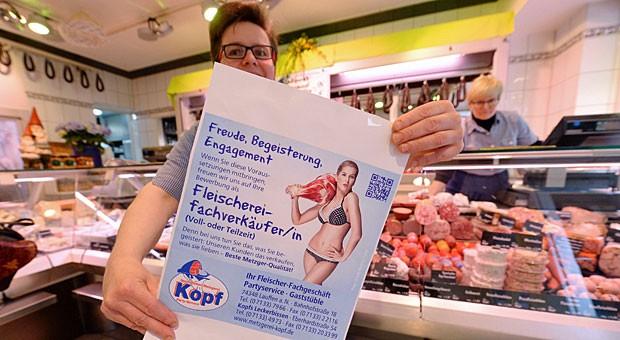 Mit Fleischeslust um neue Mitarbeiter werben: Metzgerin Annette Kopf mit Plakat.