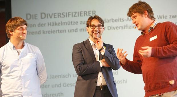 Felix  Rohland (l.) und Thomas Jaenisch (r.) erzählen im Interview mit Nikolaus Förster, wie sie vom Mützen-Verkäufer zum Handarbeits-Allrounder wurden.