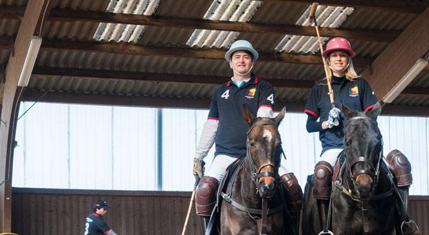 Daniel Deistler  und seine Frau Stefanie auf zwei Rössern ihrer Poloschule im Taunus