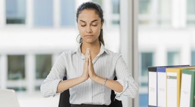Im Büro kurz innehalten und den Körper spüren: Das hilft gegen Dauerstress im Job.