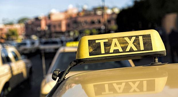 Bei Taxifahrten im Ausland sollten Urlauber auf der Hut sein - nicht selten versuchen Kriminelle, besonders in Entwicklungs- und Schwellenländern, die Touristen auszurauben.