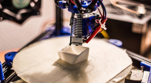 Seitdem die 3D-Drucker günstiger werden, wenden auch immer mehr kleine und mittelständische Unternehmen diese Technologie an.