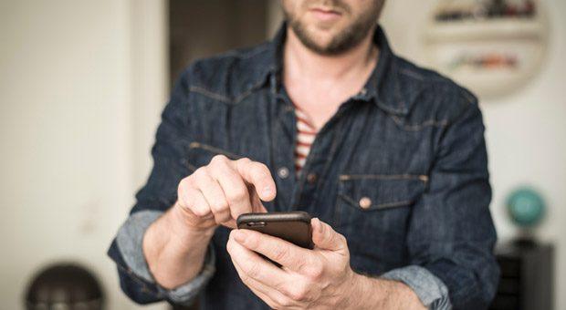 Eine Fingerbewegung und schon bald steht der Paketbote vor der Tür. Das Smartphone läuft dem Computer beim Online-Shopping den Rang ab.