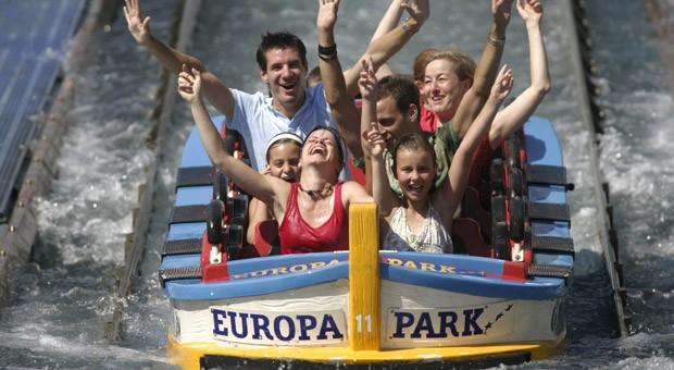 Der Europa-Park in Rust ist sehr bekannt: Er liegt an der Grenze zu Frankreich und ist der größte Park in Deutschland. Thematisch widmet er sich Europa und seinen Staaten. So kommen in 14 Themenbereichen mit landestypischer Architektur, Gastronomie und Vegetation bei manchem Besucher Urlaubsgefühle auf. Achterbahnen, Wasserattraktionen und gemächliche Fahrgeschäfte für Kinder gehören auch zum Angebot.