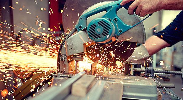 Eine kurze Unachtsamkeit und schon ist es passiert: Nicht nur mit der Kreissäge in der Werkstatt kann es zu schweren Unfällen kommen.