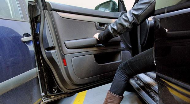 Beim schwungvollen Öffnen der Tür das Auto daneben erwischt? Auch wenn es ein Bagatellschaden ist: Wer  das nicht meldet, begeht Unfallflucht.