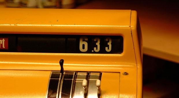 Bareinnahmen müssen dokumentiert werden - das gilt auch bei altertümlichen Registrierkassen wie dieser. Kassen, die nicht sofort jeden Umsatz speichern, dürfen aber nur noch bis nur noch bis Ende 2016 eingesetzt werden.