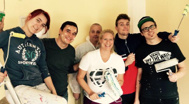 Streichen beim Kinderschutzbund: Einen Tag arbeiteten Vanessa Weber (Mitte) und ihre Mitarbeiter in den Räumen des Vereins.