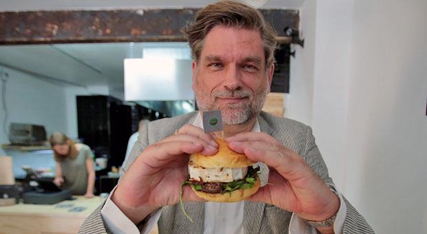 """Extra Ziegenkäse: Der Kölner Gastronom Jörg Tiemann mit seinem """"Erdogan-Burger""""."""