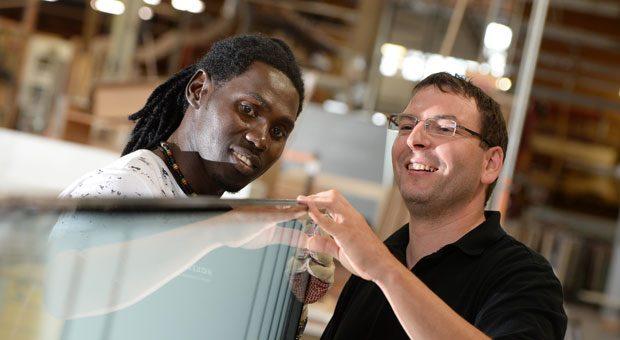 Unternehmen suchen Fachkräfte, viele Asylbewerber wollen arbeiten. Doch wer Flüchtlinge einstellen will, muss einiges beachten.