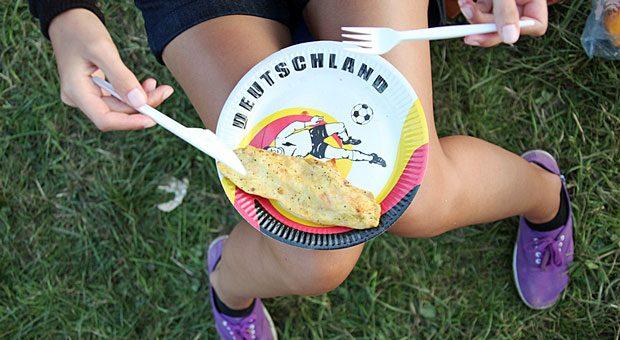 Wer die Fußball-EM 2016 für seine eigene Werbung nutzen will, muss einiges beachten. Ein Teller in Deutschlandfarben mit Fußball und Kicker ist aber rechtlich gesehen kein Problem.