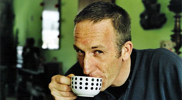 Mann zelebriert die Pausenkultur und trinkt Kaffee.