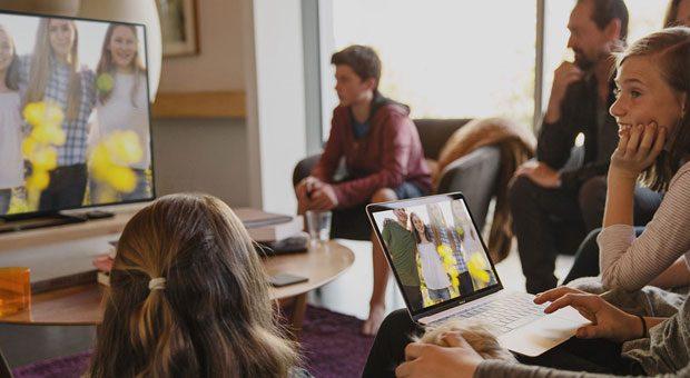 Ob Urlaubsfotos oder eine geschäftliche Präsentation, viele Smartphones, Tablets und Laptops können den Inhalt des Bildschirms auf ein größeres Gerät übertragen.