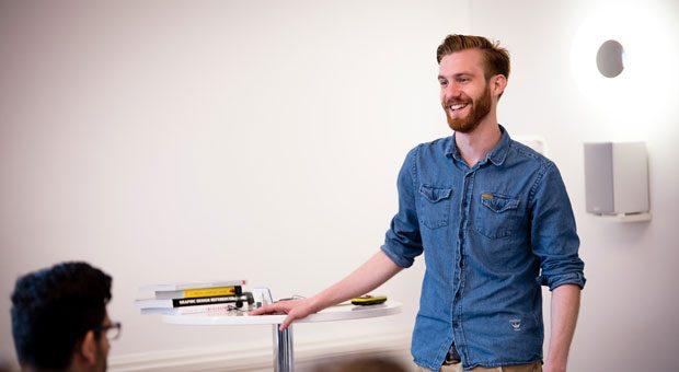 Jonas Keller studiert Unternehmertum an der Dualen Hochschule Baden-Württemberg. Was er im Hörsaal lernt, kann er in seiner Firma Explain in Karlsruhe unmittelbar anwenden.