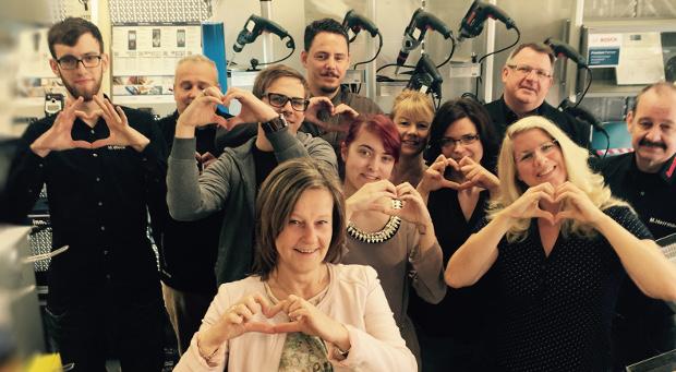 """Jetzt offiziell """"Händler mit Herz"""": Die Facebook-Fans von Bosch wählten Werkzeug Weber aus Platz 1. Vanessa Weber (rechts) und ihr Team bedanken sich - mit Herz natürlich."""