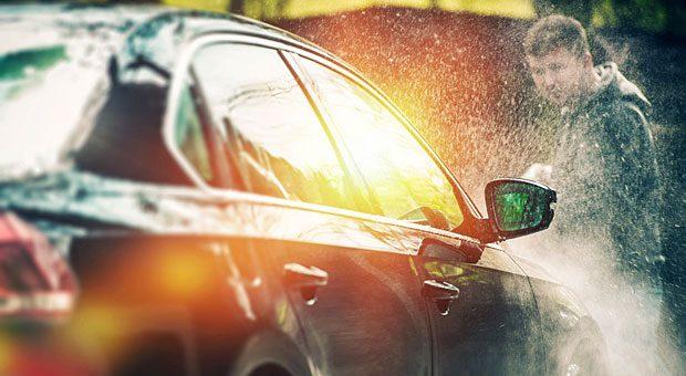 Nicht zu nah kommen, sonst ist der Lack ab! Wer sein Auto mit dem Hochdruckreiniger selber waschen will, sollte auf einen Abstand von 30 bis 40 Zentimetern achten.