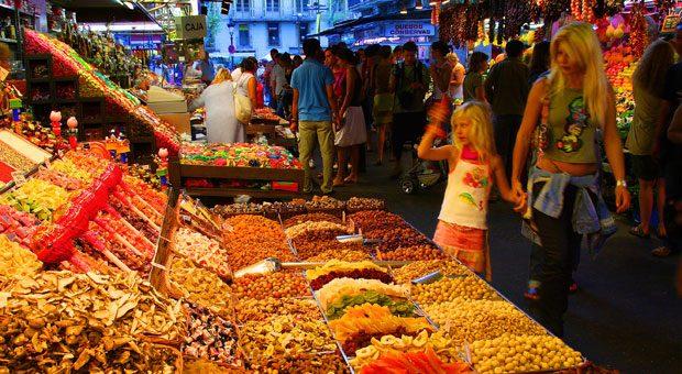 Da steigen dem Besucher wohlige Düfte in die Nase: Der Mercat de la Boqueria in Barcelona ist ein Fest für viele Sinne.