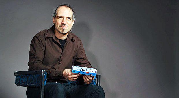 """Teasy S. Hoffmann mit einer Miniaturversion seines Eventmobils """"Der blaue Bus""""."""