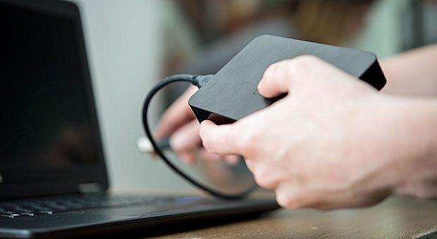 Wer große Datenmengen im handlichen Format transportieren oder gelegentliche Datensicherungen machen will, ist mit einer externen USB-Festplatte gut bedient.